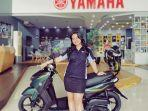 sales-yamaha-mengenalkan-salah-satu-motor-matic-di-showroom-pt-sjam.jpg