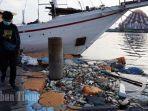sampah-plastik-mengapung-di-dermaga-depan-anjungan-pantai-losari-1.jpg<pf>sampah-plastik-mengapung-di-dermaga-depan-anjungan-pantai-losari-2.jpg