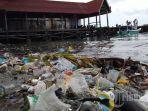 sampah-plastik-menumpuk-di-sekitar-dermaga-kayu-bangkoa-makassar-jumat-312019.jpg