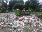 sampah-terhambur-dari-truk-kontainer-milik-dinas-lingkungan-hidup-dan-kehutanan-sinjai.jpg