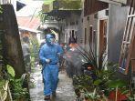satgas-covid-19-melakukan-penyemprotan-disinfektan-di-rt-011-paku-kelurahan-kamali-pentalluan.jpg