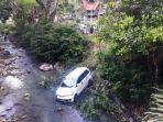 sebuah-minibus-terjun-kedalam-sungai-di-botang-makale-tana-toraja-kamis-15102020.jpg