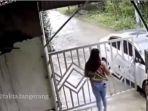 sebuah-video-memperlihatkan-aksi-seorang-wanit-yang-hendak-menutup-pagar.jpg