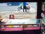 sebuah-video-memperlihatkan-seorang-pria-tengah-panik-karena-motornya-terbakar.jpg
