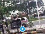 sebuah-video-viral-di-media-sosial-yang-menampilkan-satu-unit-mobil-ambulans.jpg