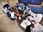sejumlah-murid-melakukan-kelas-belajar-daring-di-ruang-pintar-imigrasi-makassar-1.jpg