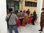 sejumlah-orangtua-siswa-mendatangi-dinas-pendidikan-kota-makassar-senin-2162021-siang.jpg