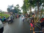 sejumlah-pedagang-pasar-samaenre-bikeru-menggelar-pasar-di-atas-badan-jalan.jpg