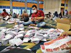sejumlah-pekerja-menyortir-dan-melipat-surat-suara-pilwali-makassar-25112020.jpg