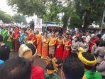 sejumlah-pemuda-mengenakan-pakaian-empat-etnis-sambut-kedatangan-iyl-cakka-di-makassar_20180110_100234.jpg