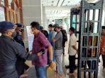 sejumlah-personel-brimob-melakukan-pemeriksaan-terhadap-jamaah-masjid-al-markaz.jpg