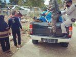 sejumlah-personel-satpol-pp-provinsi-sulawesi-barat-membantu-warga-yang-mengungsi.jpg
