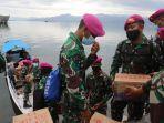 sejumlah-personil-marinir-tni-angkatan-laut-mengangkut-sembako-ke-kapal-nelayan-1.jpg