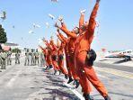 sejumlah-siswa-dikpenerbang-tni-al-mengikuti-tradisi-juanda-fly-navy-solo-flight.jpg
