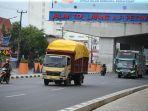 sejumlah-truk-melintas-di-jl-ap-pettarani-makassar-kamis-2392021.jpg