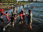 sejumlah-warga-bersama-keluarganya-berlibur-sambil-mandi-di-pantai-akkarena-makassar-1.jpg
