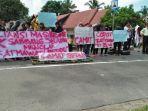 sejumlah-warga-kecamatan-sabbang-selatan-kabupaten-luwu-utara-demo.jpg
