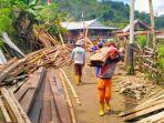sejumlah-warga-membersihkan-puing-puing-rumah-yang-rusak-akibat-bencana-longsor.jpg