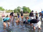 sejumlah-warga-menanam-bibit-mangrove-di-pinggiran-sungai-saadang.jpg