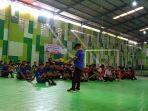 seluruh-peserta-mendengarkan-peraturan-dalam-kejuaraan-futsan-sekabupaten-maros.jpg
