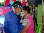 seorang-nakes-di-puskesmas-mapilli-sulawesi-barat-sedang-jalani-vaksinasi.jpg