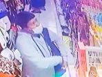 seorang-pria-terekam-cctv-mencuri-di-toko-nay-shop-rantepao-toraja-utara-sabtu-1552021.jpg