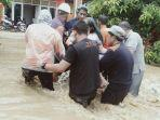 seorang-warga-dievakuasi-setelah-banjir-merendam-rumahnya-di-lingkungan-cappie.jpg