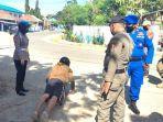 seorang-warga-disuruh-push-up-oleh-petugas-kepolisian-di-majene-karena-tidak-memakai-masker.jpg