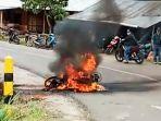 sepeda-motor-terbakar-disekitar-ruas-jalan-di-kokkang-kecamatan-rembon-tana-toraja.jpg