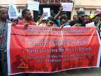 spanduk-tuntutan-mahasiswa-asal-papua-saat-melangsungkan-unjuk-rasa.jpg