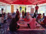 st-sutinah-suhardi-bermain-bersama-anak-anak-pengungsi.jpg