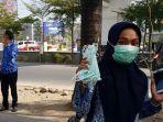 staf-kelurahan-membagikan-masker-di-jl-boulevard-makassar-sulsel.jpg