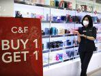 staf-memperlihatkan-sejumlah-promo-parfum-di-tenant-cf-perfumery-trans-studio-mall1.jpg