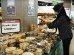 staf-merapihkan-berbagai-varian-kue-kering-disupermarket-hero-1.jpg