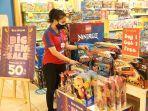 staf-sedang-merapikan-display-produk-mainan-anak-di-tenant-kidz-stationama-persediaan-masih-ada.jpg