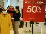 staf-sedang-merapikan-produk-fashion-wanita-di-tenant-minimal-trans-studio-mall.jpg