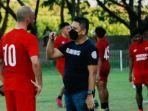 striker-anco-jansen-berbincang-bersama-bos-psm-makassar-munafri-arifuddin.jpg