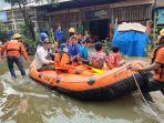 suasana-evakuasi-warga-di-lokasi-banjir-blok-8-perumahan-nasional-antang1.jpg