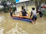 suasana-evakuasi-warga-di-lokasi-banjir-blok-8-perumahan-nasional-antang2.jpg