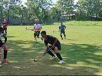 suasana-game-internasional-tim-hoki-putra-sulsel-di-lapangan-fik-unm-2292021.jpg