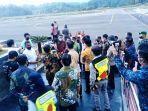 suasana-penyambutan-menhan-prabowo-di-bandara-toraja-minggu-17102021.jpg