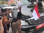 tangkapan-layar-video-yang-memperlihatkan-mobil-wakil-presiden-diisi-bensin-pakai-jerigen.jpg