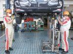 teknisi-kalla-toyota-melakukan-perawatan-berkala-pada-kendaraan-pelanggan.jpg