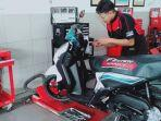teknisi-sedang-melakukan-servis-motor-yamaha-gear-125.jpg