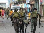 tentara-filipina-mengevakuasi-korban-bom-bunuh-diri-di-jolo.jpg