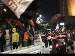 the-jakmania-memadati-jalan-mh-thamrin-ke-arah-bundaran-hotel-indonesia.jpg