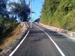 tiang-listrik-berdiri-di-tengah-jalan-mulus-provinsi-di-dusun-bolalangiri-kecamatan-sinjai-borong.jpg