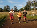 tiga-atlet-atletik-sulsel-sedang-latihan-di-lapangan-fik-unm.jpg