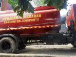 tiga-unit-mobil-pemadam-kebakaran-diturunkan-ke-lokasi-kebakaran-di-desa-pokok-bulo.jpg