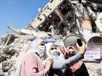tiga-wanita-berfose-di-lokasi-gedung-hancur-gaza-setelah-diserang-israel.jpg